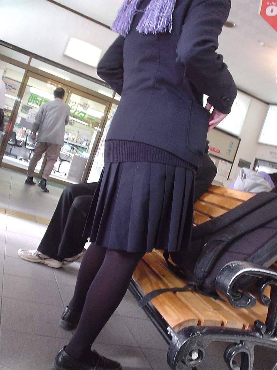 【JKフェチ画像】黒タイツ・黒スト着けたJKを見て冬を感じるwww 12