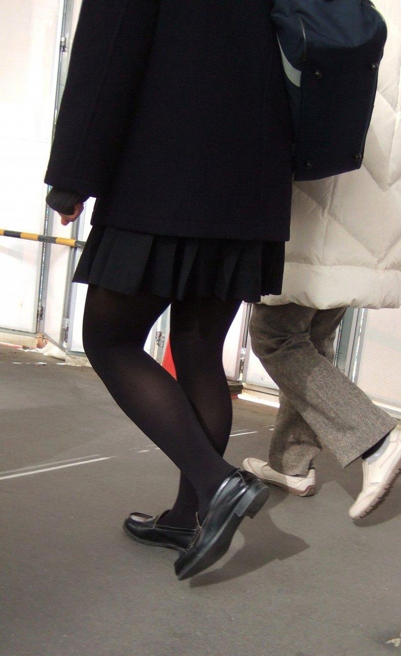 【JKフェチ画像】黒タイツ・黒スト着けたJKを見て冬を感じるwww 17