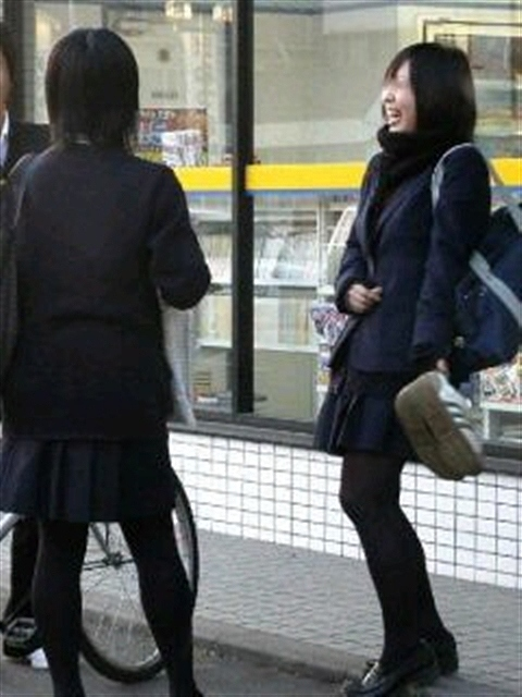 【JKフェチ画像】黒タイツ・黒スト着けたJKを見て冬を感じるwww 20