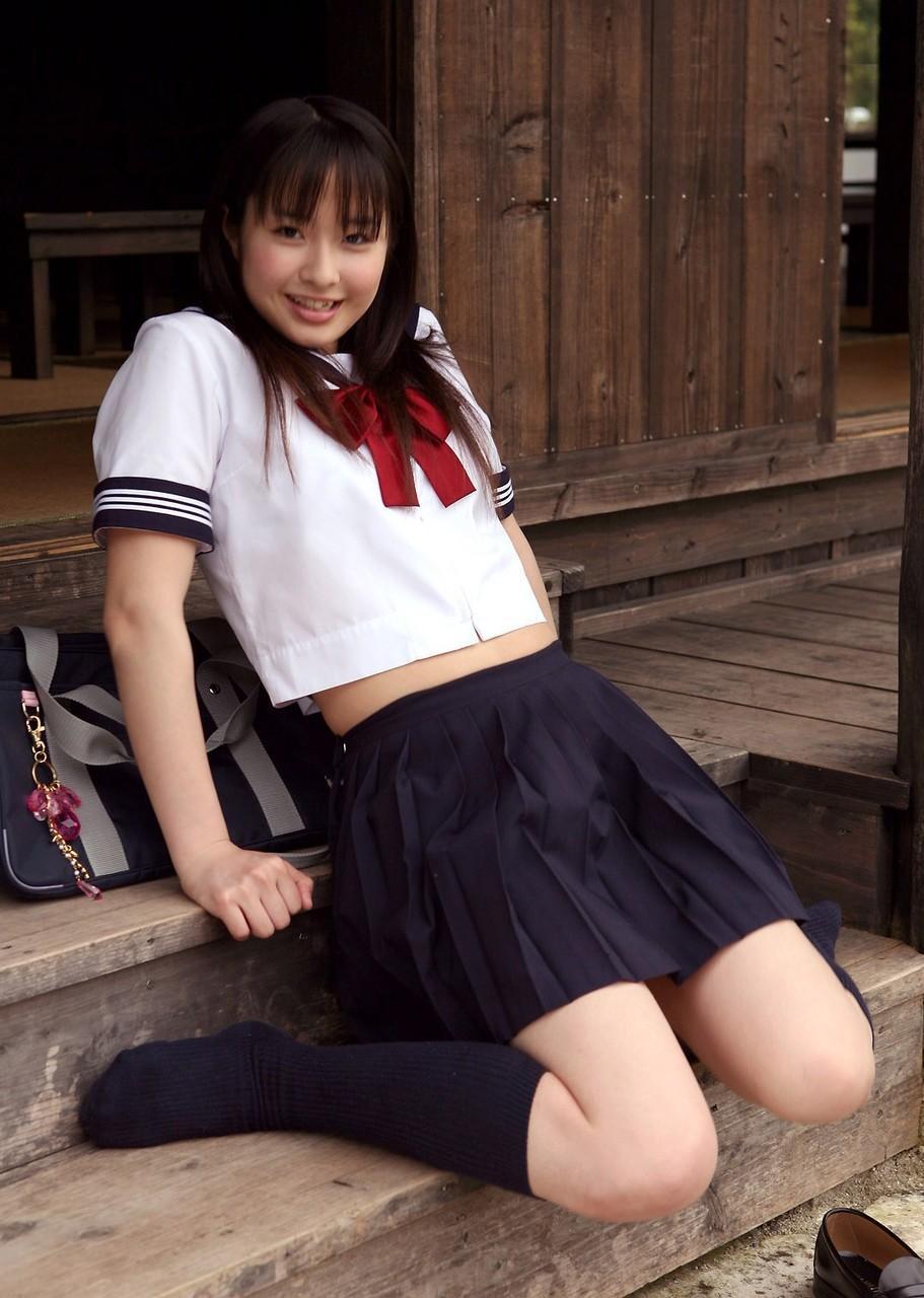 【制服フェチ画像】上半身の絶対領域wwwセーラー服女子の腹チラ画像 01
