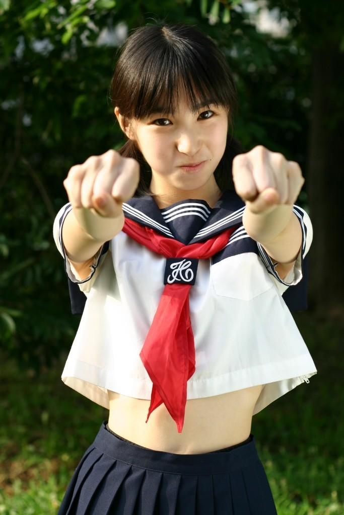 【制服フェチ画像】上半身の絶対領域wwwセーラー服女子の腹チラ画像 02