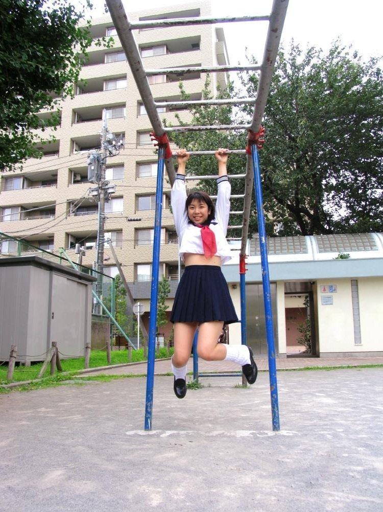 【制服フェチ画像】上半身の絶対領域wwwセーラー服女子の腹チラ画像 06
