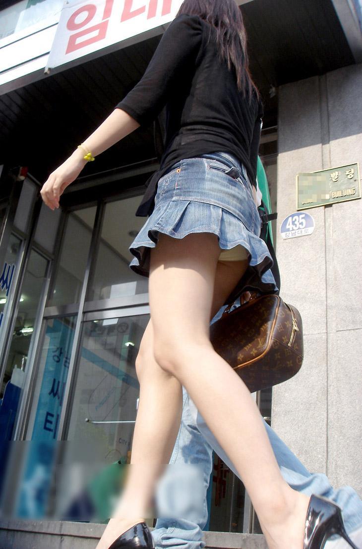 【パンチラ画像】絶対わざとだwww超ミニスカ女子のパンチラとムチムチ下半身の挑発 07