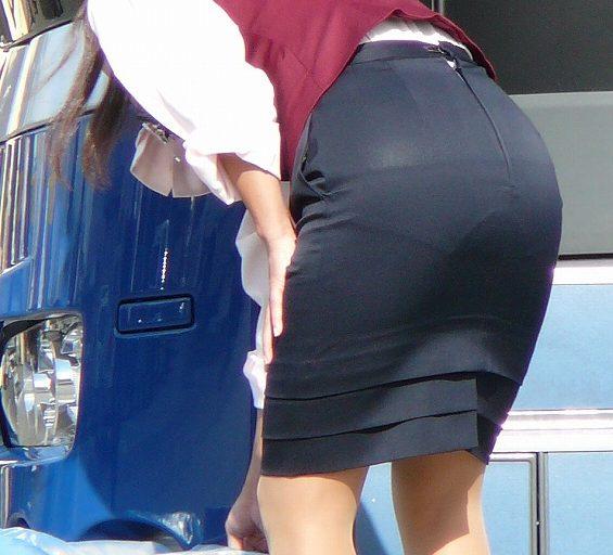 【働く女性画像】ムチムチ率高めwwwバスガイドさんのタイトスカート着衣尻 04