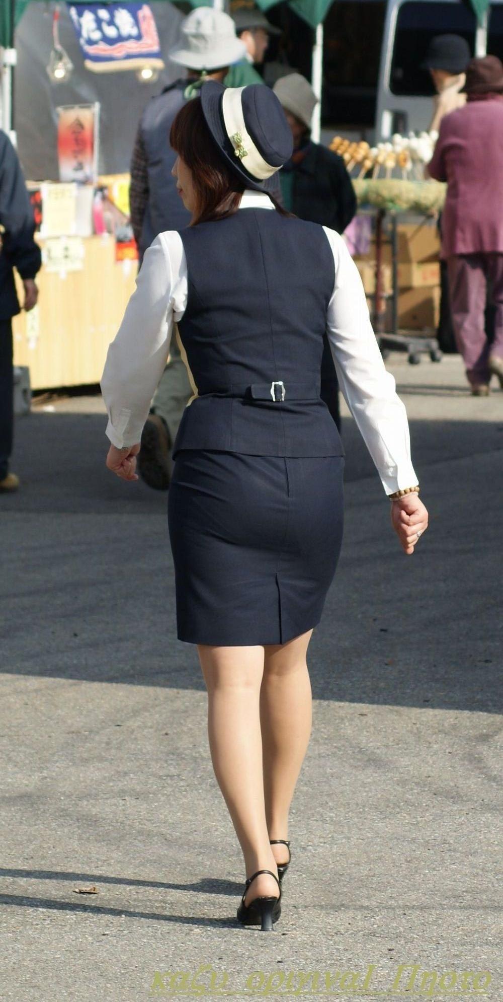 【働く女性画像】ムチムチ率高めwwwバスガイドさんのタイトスカート着衣尻 05