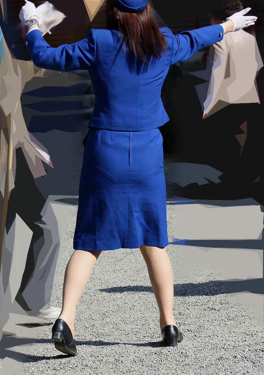【働く女性画像】ムチムチ率高めwwwバスガイドさんのタイトスカート着衣尻 10