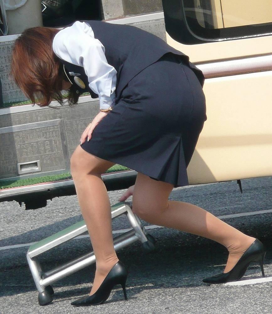 【働く女性画像】ムチムチ率高めwwwバスガイドさんのタイトスカート着衣尻 12