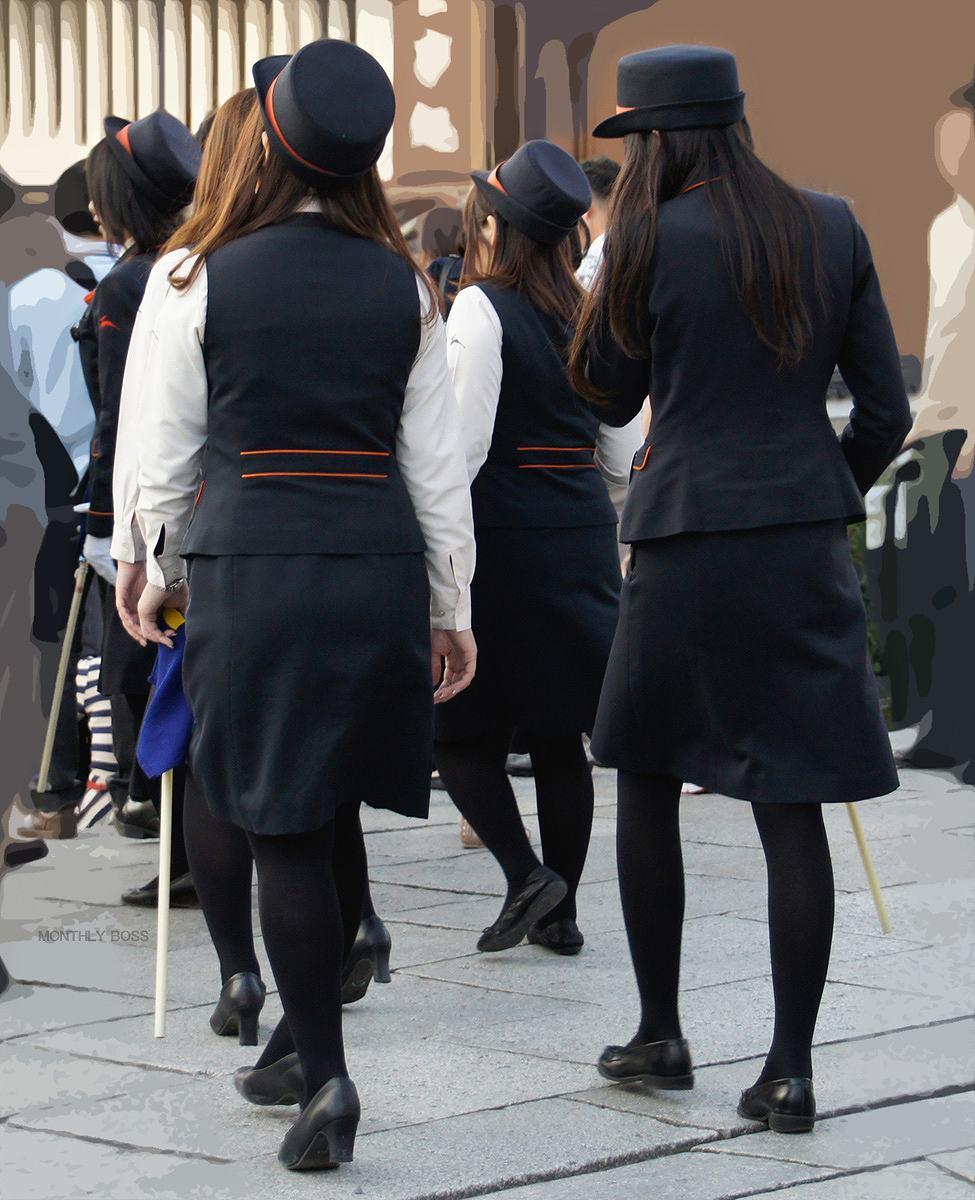 【働く女性画像】ムチムチ率高めwwwバスガイドさんのタイトスカート着衣尻 13