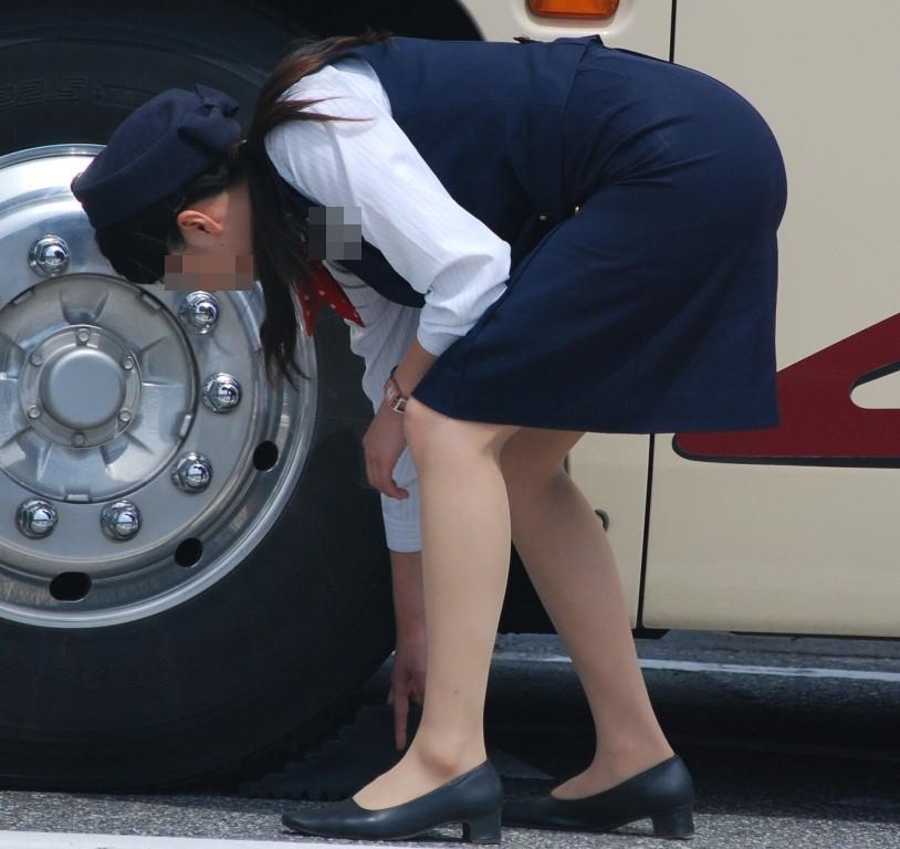 【働く女性画像】ムチムチ率高めwwwバスガイドさんのタイトスカート着衣尻 14
