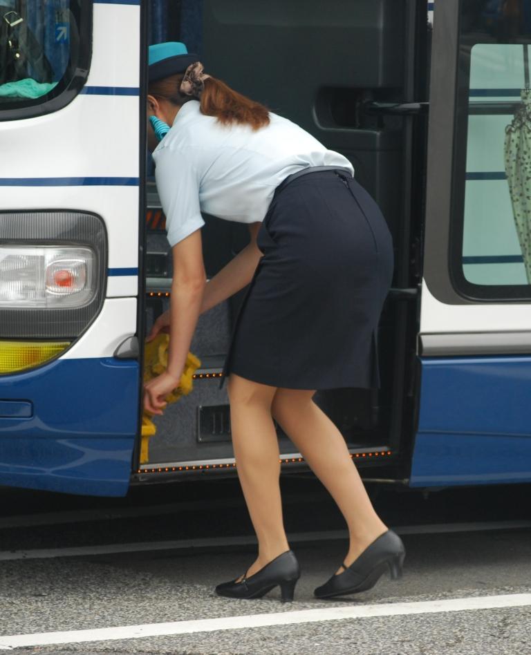 【働く女性画像】ムチムチ率高めwwwバスガイドさんのタイトスカート着衣尻 19