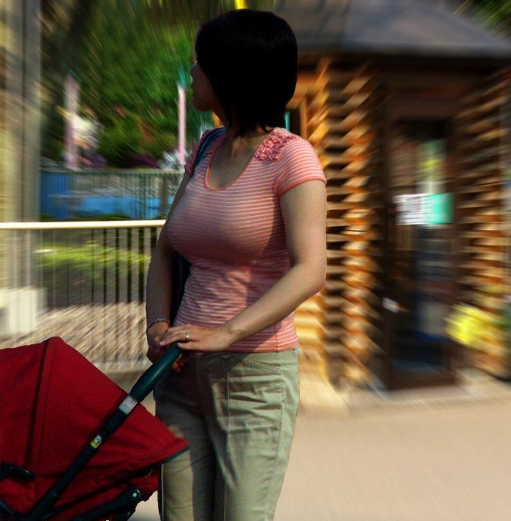 【街撮り人妻】子連れのママさん達の巨乳・乳袋率が高すぎてヤバイwww 11