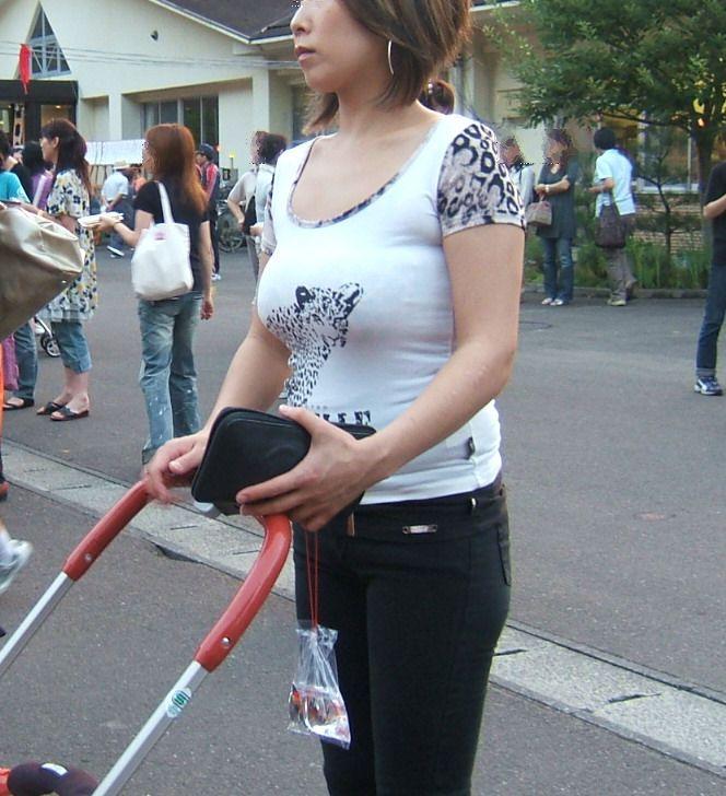 【街撮り人妻】子連れのママさん達の巨乳・乳袋率が高すぎてヤバイwww 14