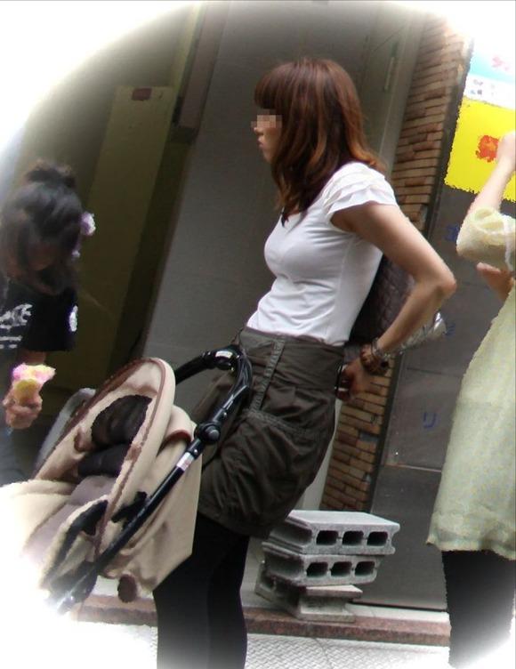 【街撮り人妻】子連れのママさん達の巨乳・乳袋率が高すぎてヤバイwww 15