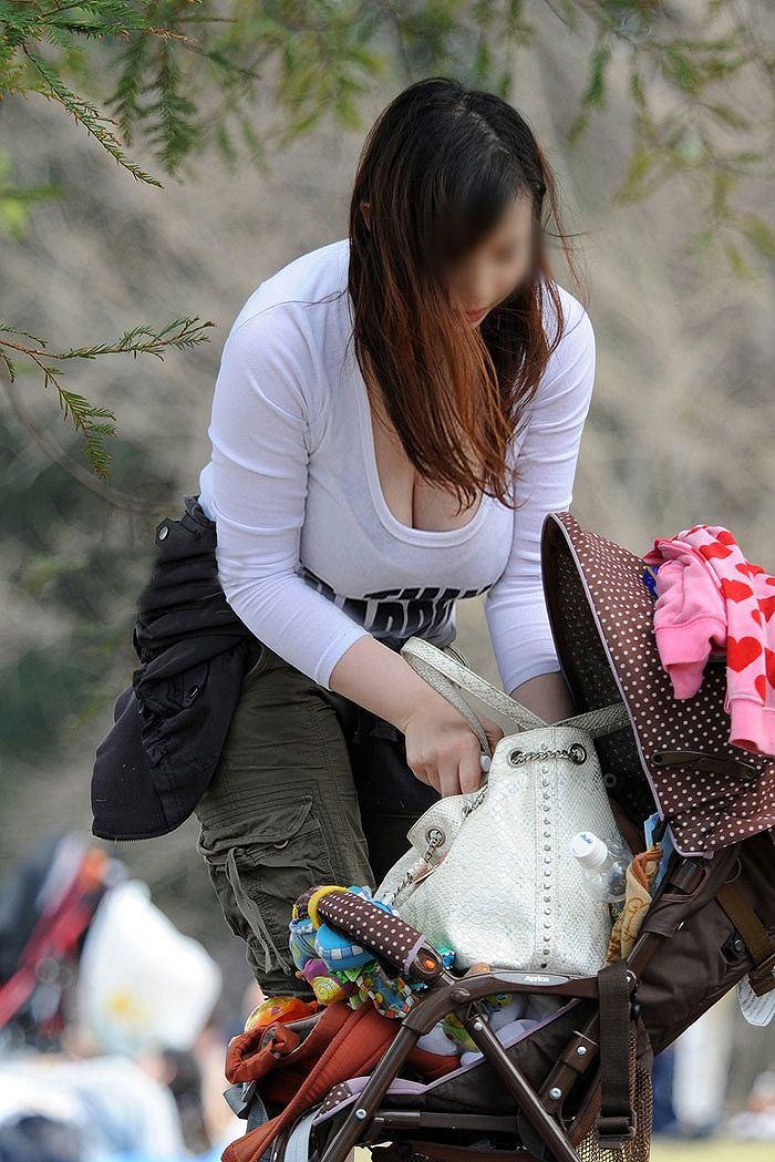 【街撮り人妻】子連れのママさん達の巨乳・乳袋率が高すぎてヤバイwww 18