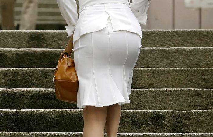 【街撮り画像】OL風お姉さんのムチムチタイトスカートとパンティーラインを追跡!