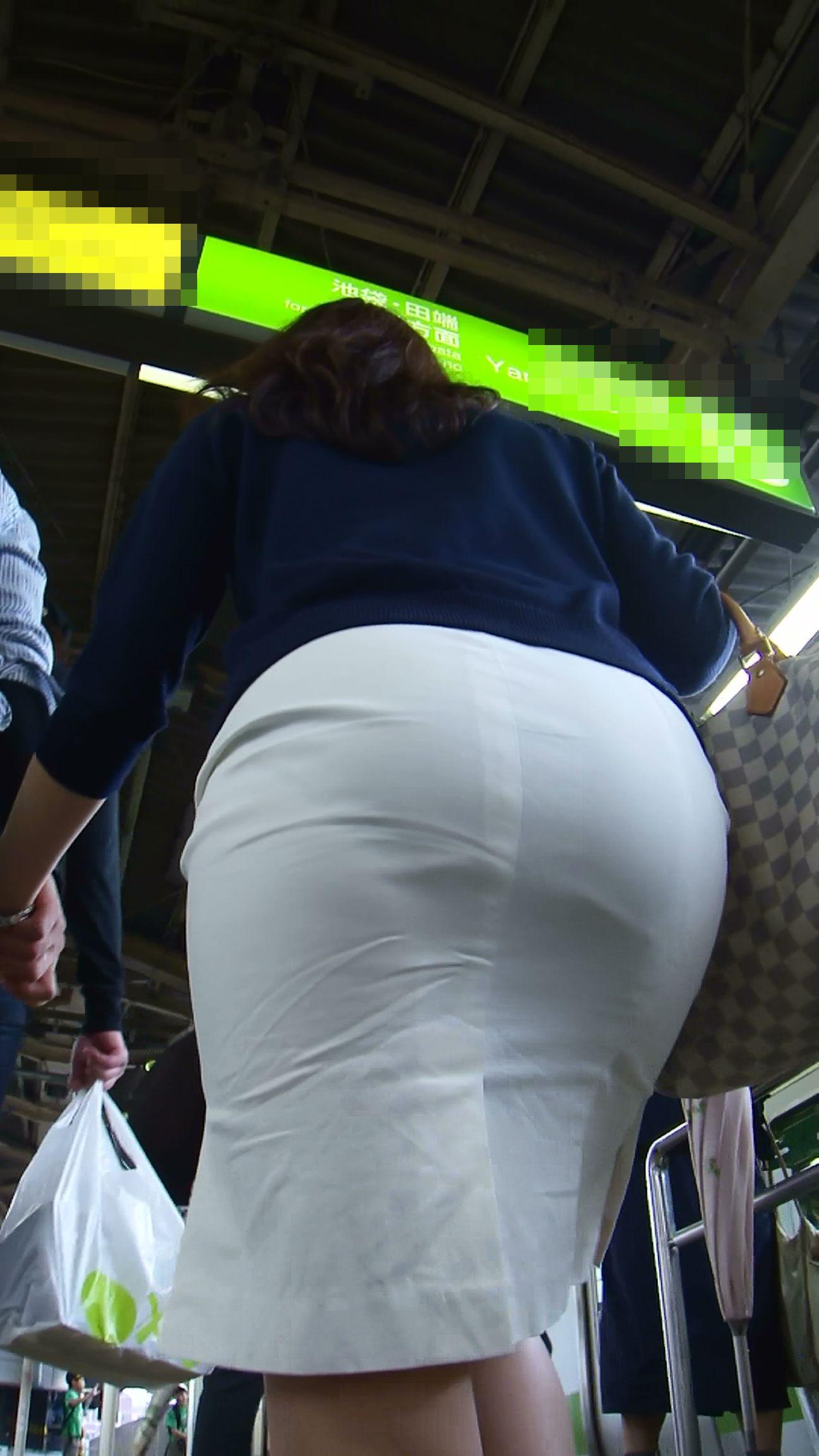 【街撮り画像】OL風お姉さんのムチムチタイトスカートとパンティーラインを追跡! 03