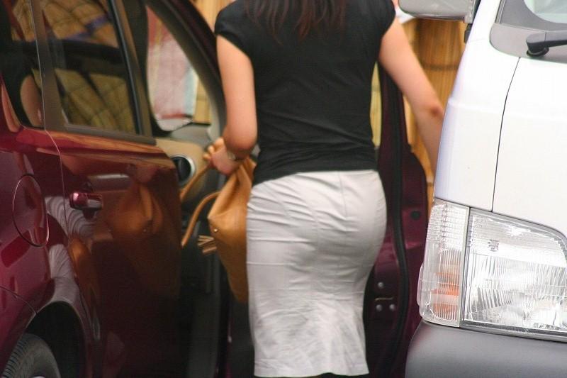 【街撮り画像】OL風お姉さんのムチムチタイトスカートとパンティーラインを追跡! 04