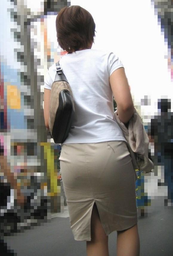 【街撮り画像】OL風お姉さんのムチムチタイトスカートとパンティーラインを追跡! 06