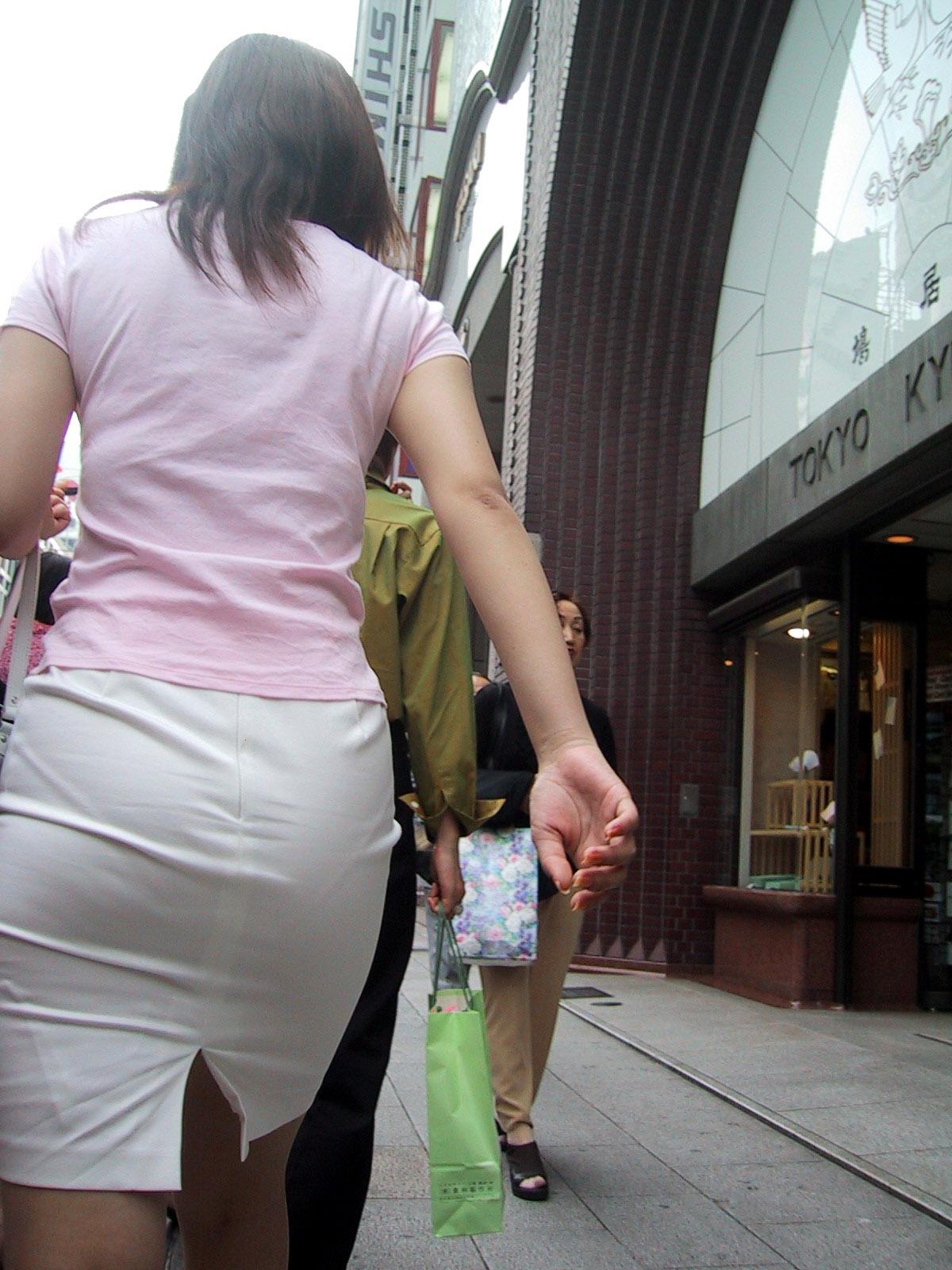 【街撮り画像】OL風お姉さんのムチムチタイトスカートとパンティーラインを追跡! 07