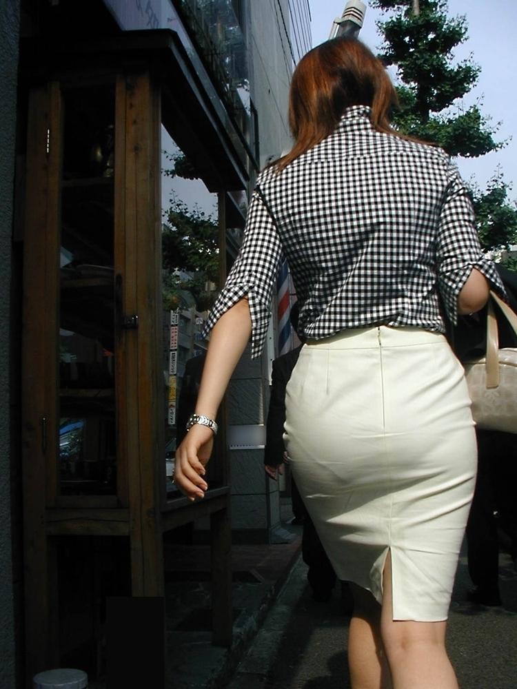 【街撮り画像】OL風お姉さんのムチムチタイトスカートとパンティーラインを追跡! 08