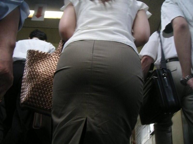 【街撮り画像】OL風お姉さんのムチムチタイトスカートとパンティーラインを追跡! 10