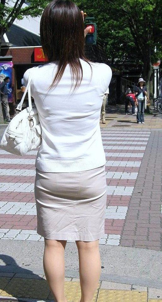 【街撮り画像】OL風お姉さんのムチムチタイトスカートとパンティーラインを追跡! 12