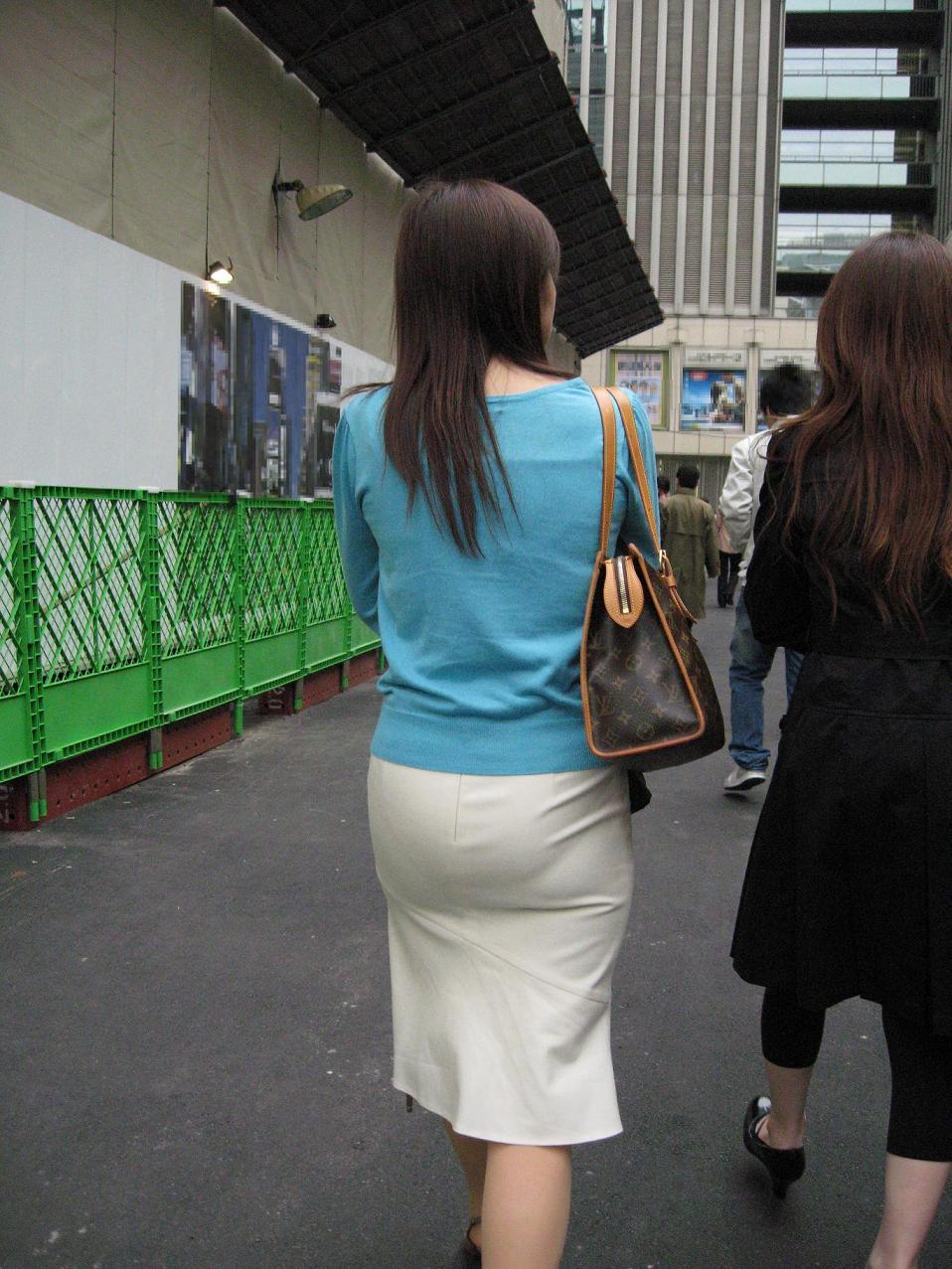 【街撮り画像】OL風お姉さんのムチムチタイトスカートとパンティーラインを追跡! 14