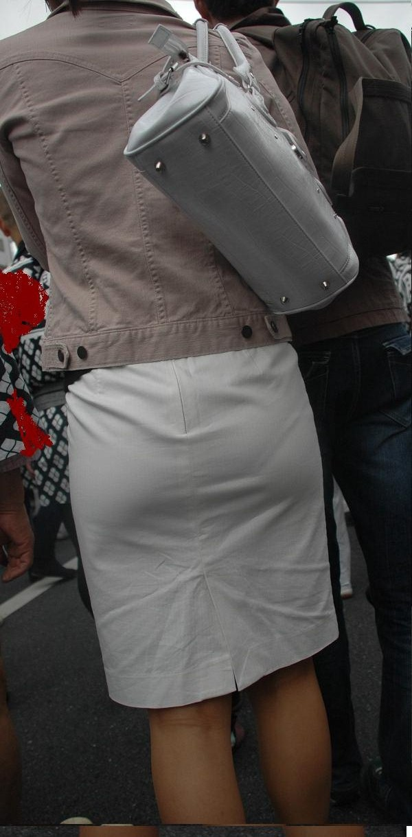 【街撮り画像】OL風お姉さんのムチムチタイトスカートとパンティーラインを追跡! 15