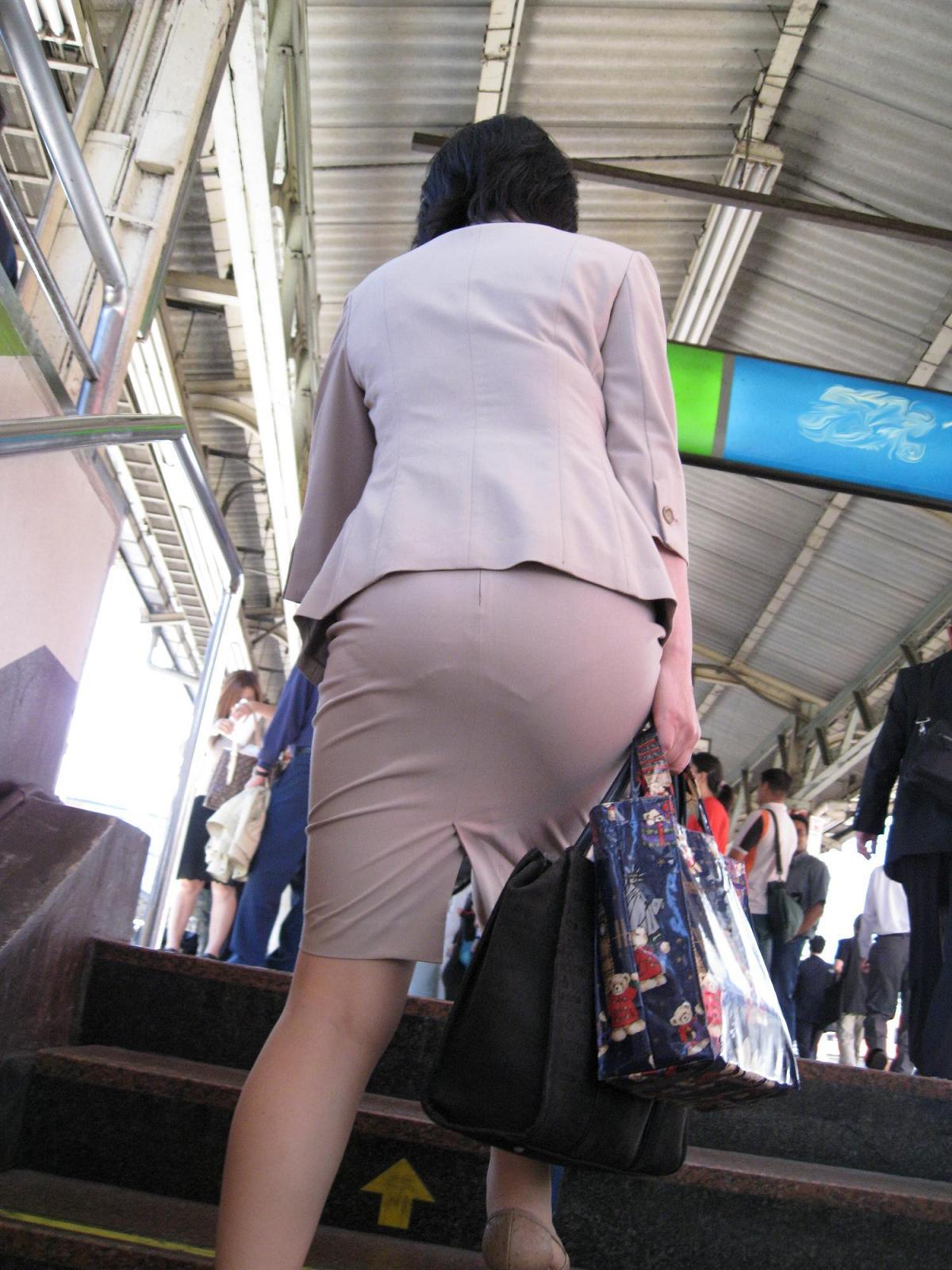 【街撮り画像】OL風お姉さんのムチムチタイトスカートとパンティーラインを追跡! 19