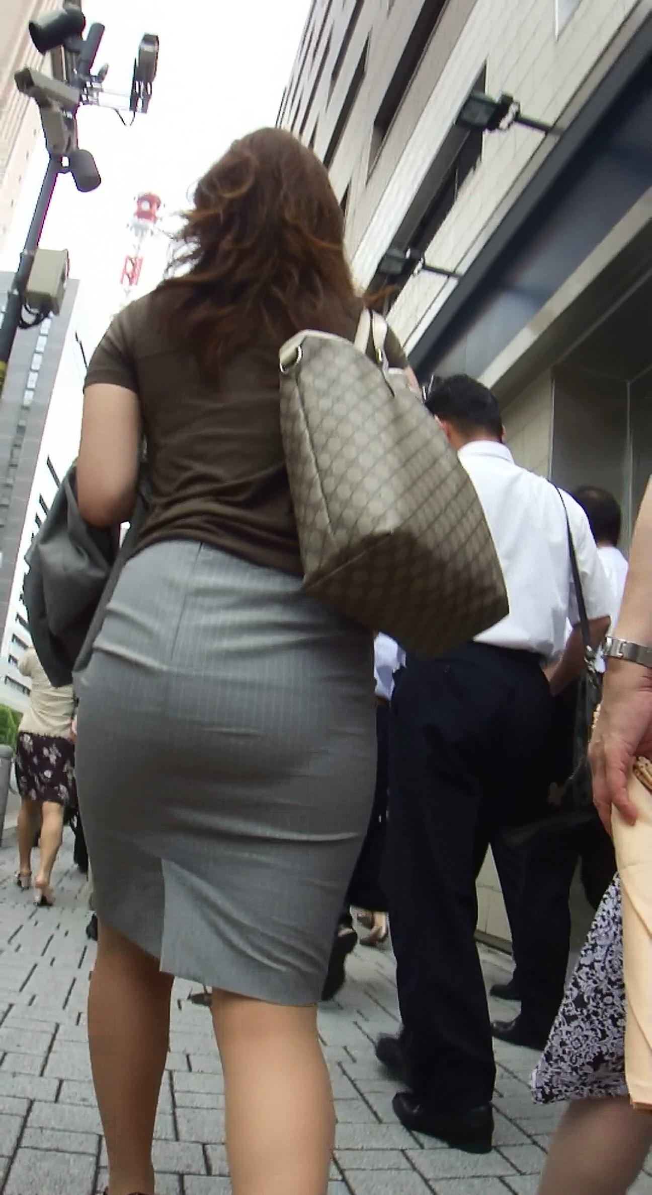 【街撮り画像】OL風お姉さんのムチムチタイトスカートとパンティーラインを追跡! 20
