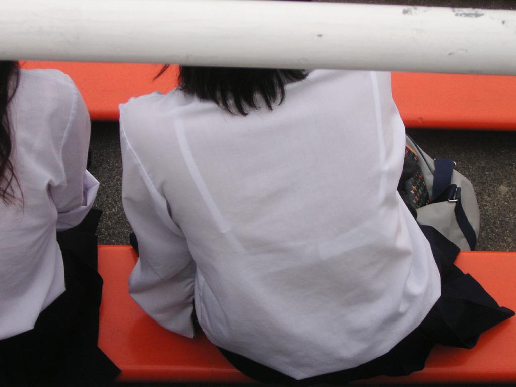 【JK隠し撮り画像】夏服越しにうっすら見える透けブラで萌える画像 01