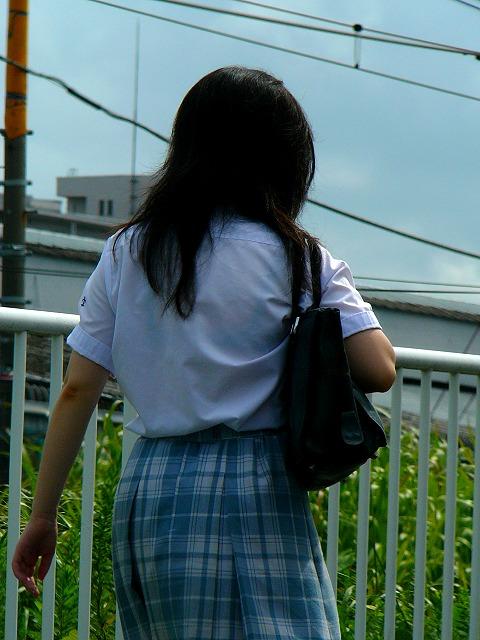 【JK隠し撮り画像】夏服越しにうっすら見える透けブラで萌える画像 06