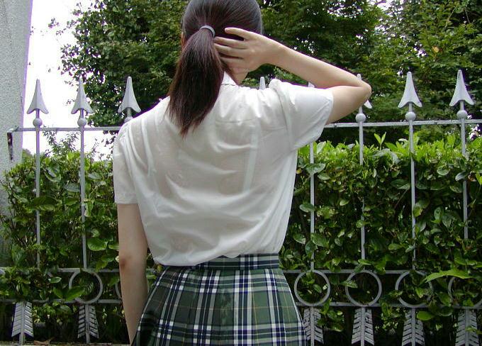 【JK隠し撮り画像】夏服越しにうっすら見える透けブラで萌える画像 20