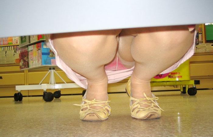 【パンチラ画像】陳列棚の向こう側から女の股間をじっくり隠撮www
