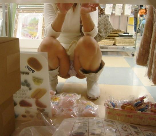 【パンチラ画像】陳列棚の向こう側から女の股間をじっくり隠撮www 02