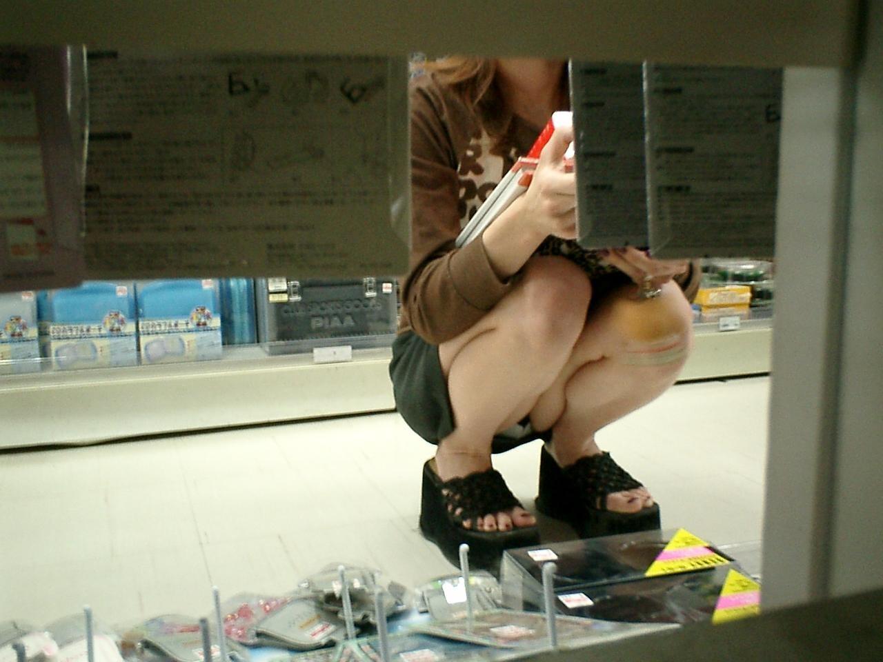 【パンチラ画像】陳列棚の向こう側から女の股間をじっくり隠撮www 05