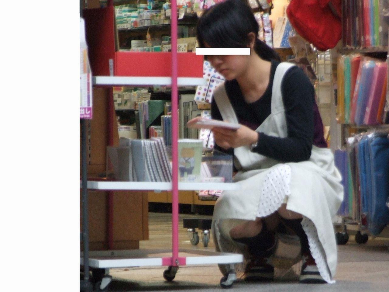【パンチラ画像】陳列棚の向こう側から女の股間をじっくり隠撮www 06