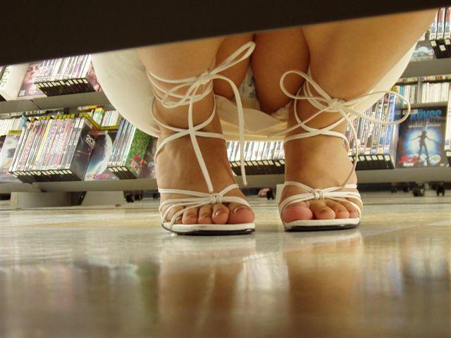 【パンチラ画像】陳列棚の向こう側から女の股間をじっくり隠撮www 08