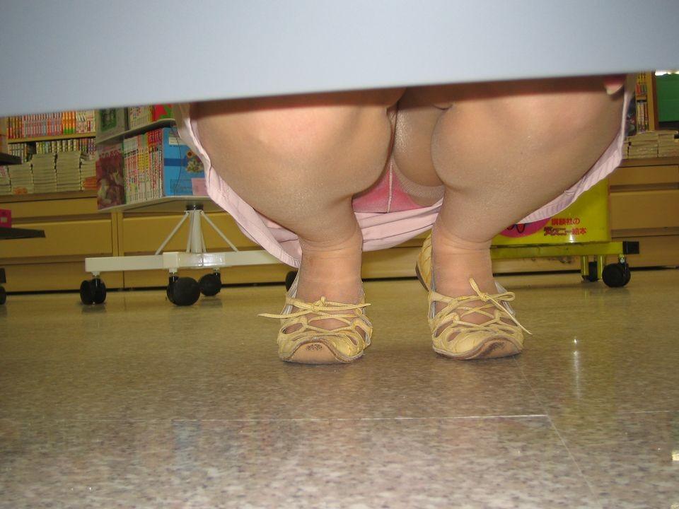 【パンチラ画像】陳列棚の向こう側から女の股間をじっくり隠撮www 13