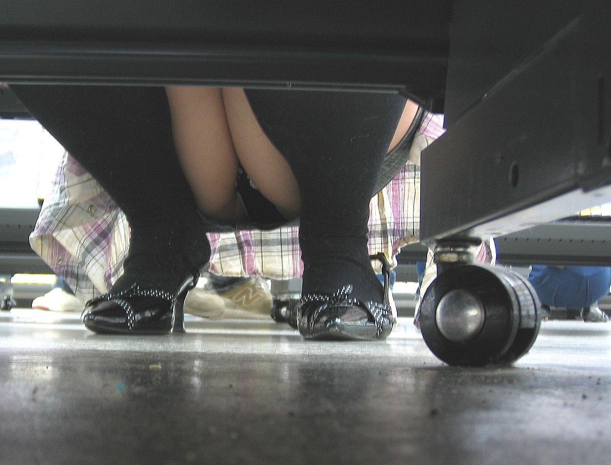 【パンチラ画像】陳列棚の向こう側から女の股間をじっくり隠撮www 14