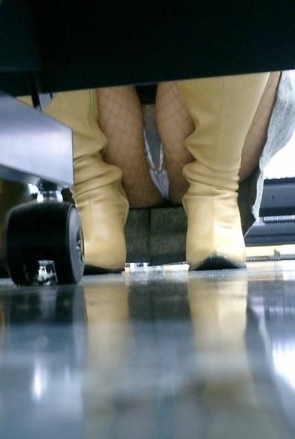 【パンチラ画像】陳列棚の向こう側から女の股間をじっくり隠撮www 15