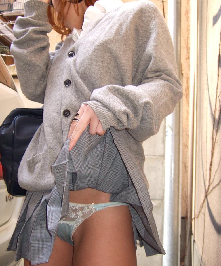 【JKパンモロ画像】自分でスカート捲り上げてパンツ見せちゃう制服女子の画像 01