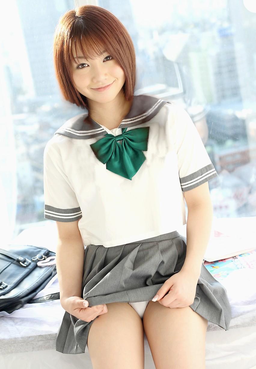 【JKパンモロ画像】自分でスカート捲り上げてパンツ見せちゃう制服女子の画像 06