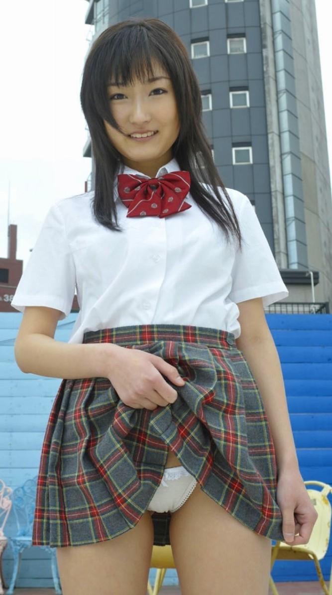 【JKパンモロ画像】自分でスカート捲り上げてパンツ見せちゃう制服女子の画像 07