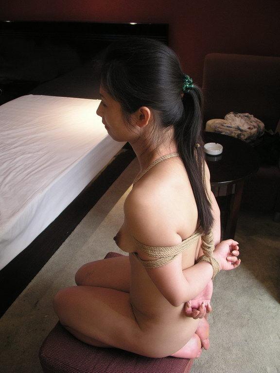 【マニア画像】これも一種の調教w裸のM女が正座で調教・放置される画像 13