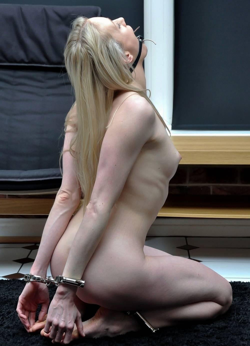 【マニア画像】これも一種の調教w裸のM女が正座で調教・放置される画像 18