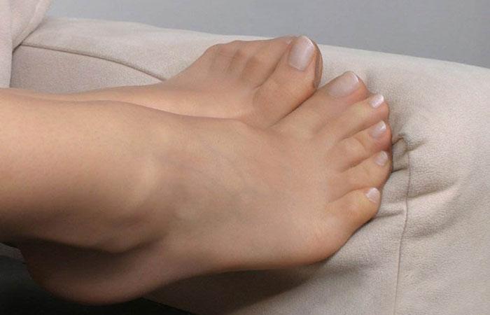 【パンスト画像】足コキされてえwwwパンスト履いた綺麗な足に萌える画像