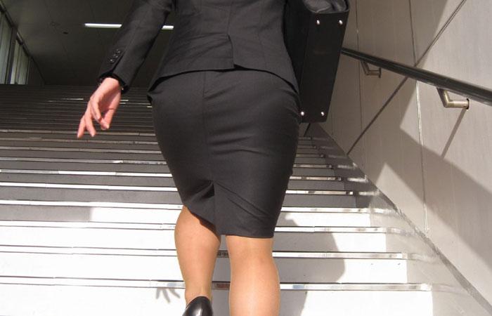 【街撮りスーツ画像】外回り女子のタイトに包まれたムッチリエロ尻追いかけてwww