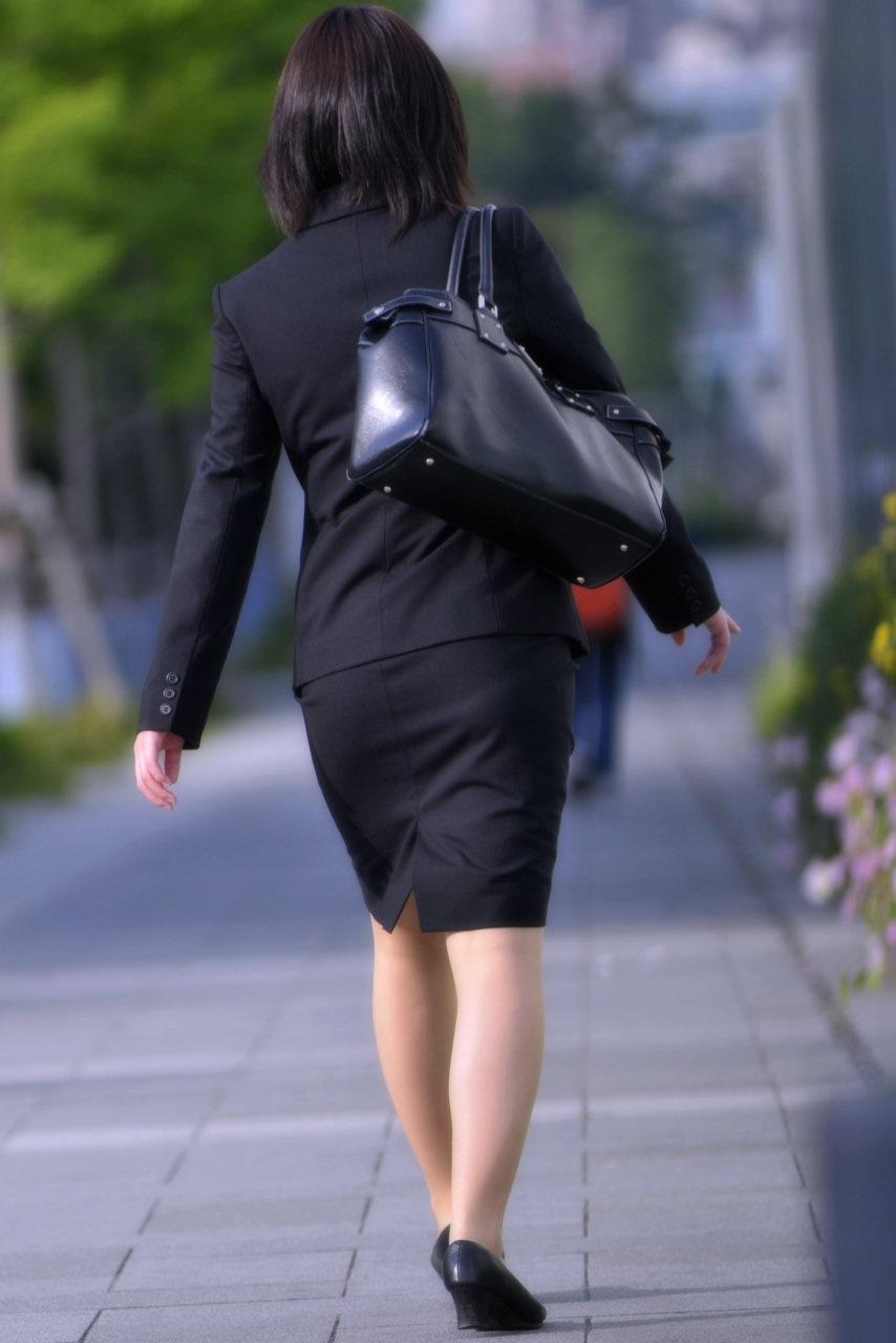 【街撮りスーツ画像】外回り女子のタイトに包まれたムッチリエロ尻追いかけてwww 04