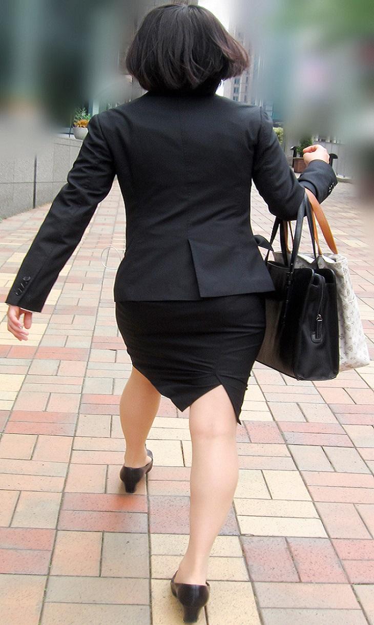 【街撮りスーツ画像】外回り女子のタイトに包まれたムッチリエロ尻追いかけてwww 12